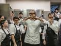 La brigata del St. Hubertus mentre si coordina per il servizio durante la colazione/The St. Hubertus kitchen staff coordinates the breakfast service