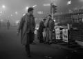 Milano, 31 ottobre 1957. Lo strillone ©Cesare Colombo, via Orefici, strillone/ via Orefici, newspaper boy