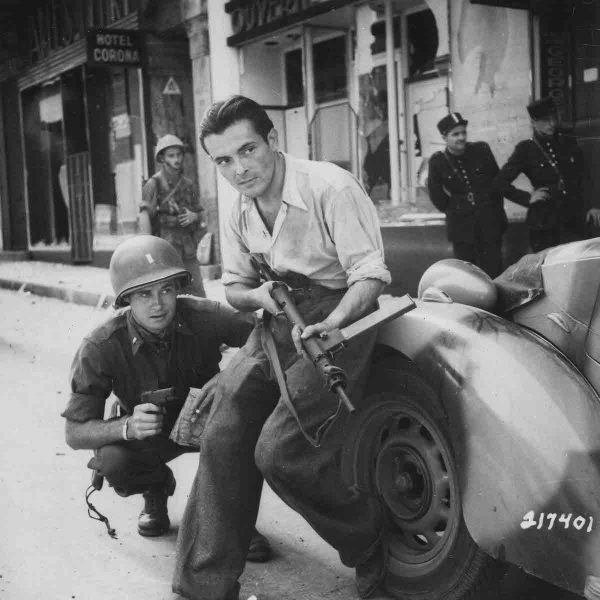 32-1944-agosto-American_officer_and_French_partisan_in-a_French_city-NARA-copia