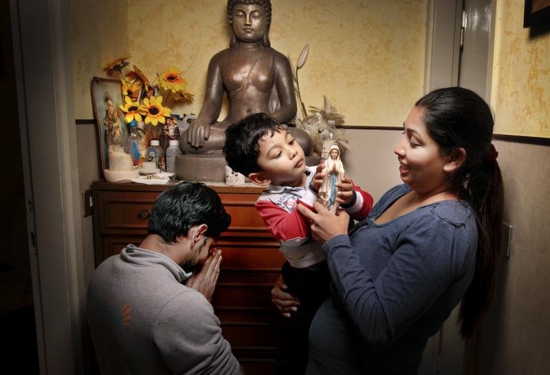 Tutte-le-ore-del-mondo_La-preghiera_-Nilusha-e-la-sua-famiglia_Sri-Lanka-@FondazioneBracco_GeraldBruneau-copia