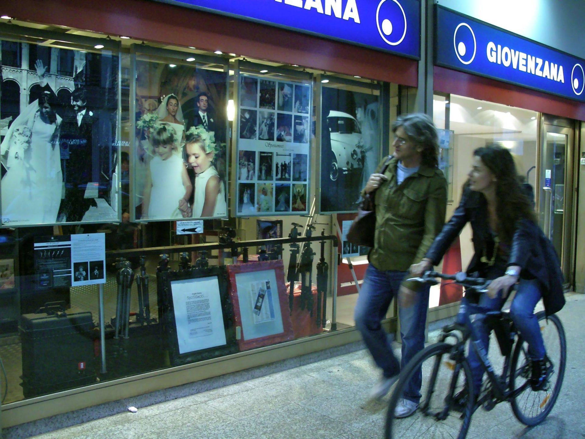 01 Alberto Dubini noi no scatto per mostra fotografica 2009 GIOVENZANA DINTORNI negozio Largo Augusto scaled - Milano Photofestival