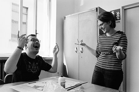 2 di R.S.Sirchia Momento di felicità durante una lezione alla Scuola Cova di Milano tra Kristian ed Erminia 2018 copia - Milano Photofestival