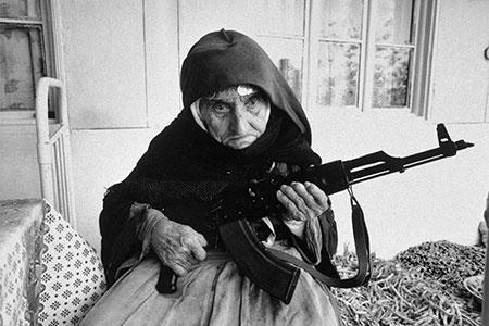 Anziana donna armena fa la guardia armata davanti alla sua casa Nagorko Karabakh Degh Armenia 1990 © courtesy UN Photo - Milano Photofestival