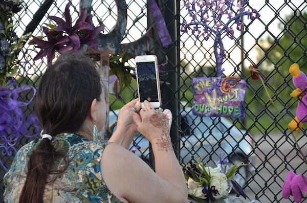 Fan di Prince fa una foto a un oggetto sulla recinzione di Paisley Park copia 600 - Milano Photofestival