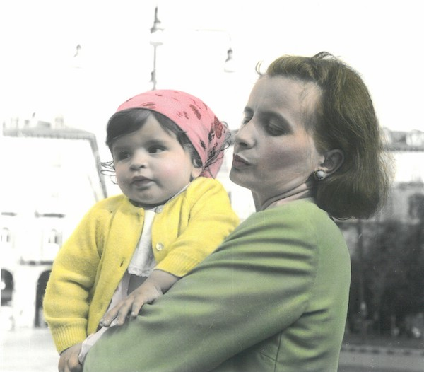 Mamma ed Elena in Piazza Statudo 1968 copia 600 - Milano Photofestival