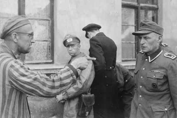 cover 57 1945 14 maggio Russian slave laborer among prisoners liberated by 3rd Armored Division points out NARA copia - Milano Photofestival